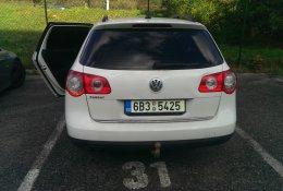 Otevření bílého Volkswagen Passat Combi