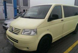 Otevření bílého Volkswagen Multivan