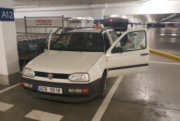 Otevření bílého vozu Volkswagen