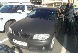 Otevření černého luxusního vozu BMW