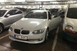 Nouzové otevření bílého automobilu BMW