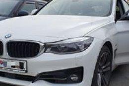 Otevření bílého BMW