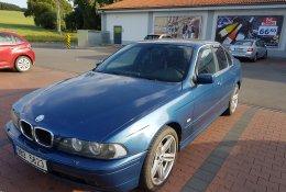 Otevření modrého BMW