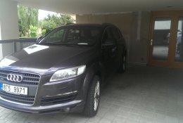 Otevření černého SUV AUDI